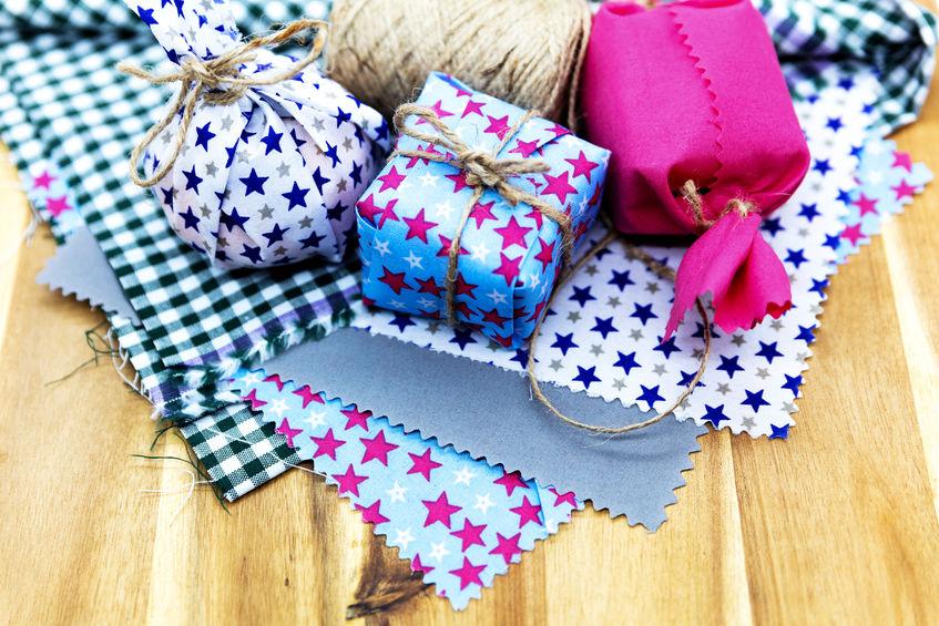 Des emballages cadeaux confectionnés dans des tissus