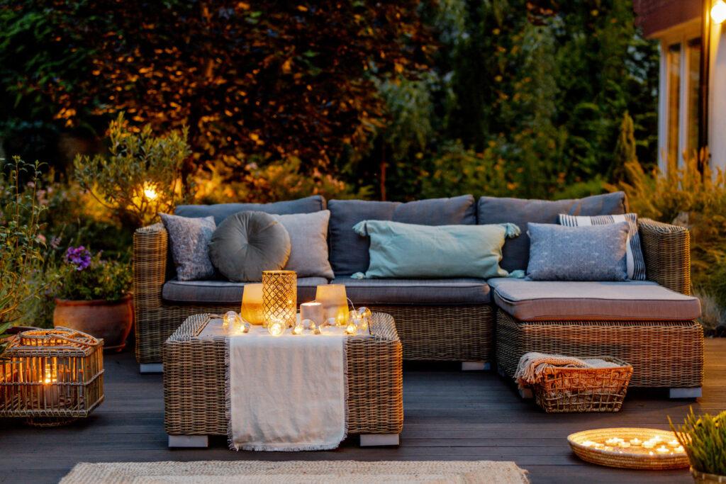 Une terrasse chaude et confortable en automne.