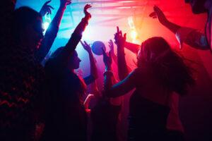 Mensen dansen in club
