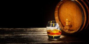 Glas met whiskey op tafel