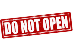 Rood vierkant met letters do not open