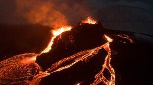 Actieve vulkaan met lava