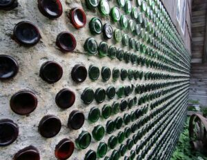 Muur met wijnflessen upcycling